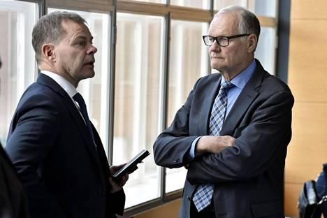 Tietolähdetoiminnan epäselvyyksiin liittyen syytteessä ovat muun muassa keskusrikospoliisin hyllytetty päällikkö Robin Lardot (vas.) ja entinen poliisiylijohtaja Mikko Paatero.