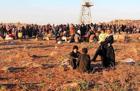 Syyrian pakolaiset odottivat pääsyä Turkkiin Aleppon pohjoispuolella keskiviikkona.