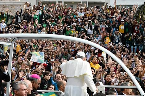 Paavi Franciscus matkalla Copabanan rannalle puhumaan.