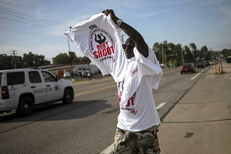 Mies myi t-paitoja Fergusonissa elokuussa.