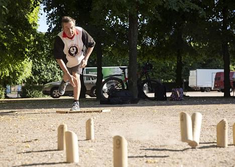 Jukka Mäntylä heittää mölkkyä. Pelin henkeen kuuluu kehua hyviä heittoja, vaikka kyseessä olisi vastustajan lopetusheitto.