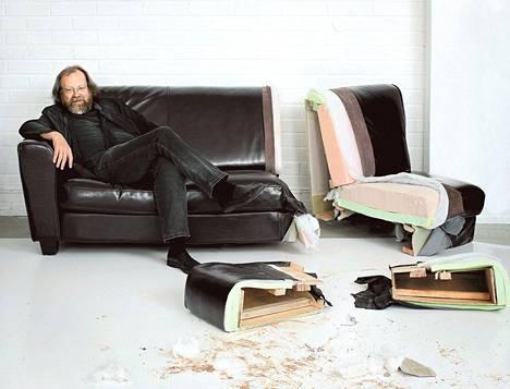 Kalustesuunnittelun professori Jouko Järvisalo kertoo halkaistun sohvan avulla, mitä hyvässä sohvassa kuuluu olla.