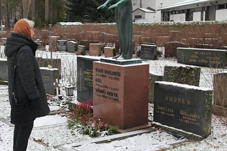 Heli Särkkä haluaa siirtää isoisänsä Juho Kustaa Reunasen isoäiti Aleksandra Ahosen (Reunanen) viereen Jyväskylään.