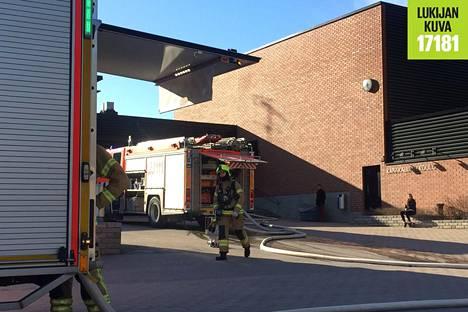 Espoon Karakallion koulun fysiikan ja kemian luokka tuhoutui tulipalossa.
