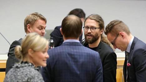 Sdp:n Osku Pajamäki, kokoomuksen Lasse Männistö, vihreiden Otso Kivekäs ja kokoomuksen Tatu Rauhamäki keskustelivat ennen valtuuston kokousta.