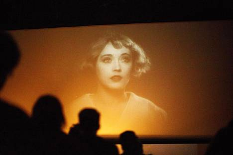 Sodankylässä yön viimeinen elokuva on usein tärkein. Kuva perjantai-illan mykkäelokuvakonsertista Tulinen tyttö (The Patsy, 1928).