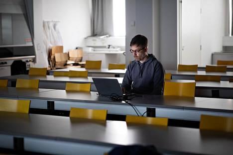 Niku osallistui keskiviikkona etäkurssille eläinlääketieteellisen tiedekunnan tyhjässä luentosalissa Viikissä.