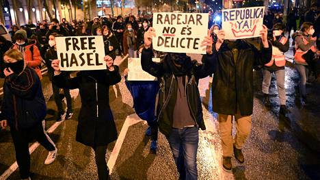 """""""Vapauttakaa Hasél"""", """"räppääminen ei ole rikos"""", """"tasavalta niin kuin olisi jo"""", luki mielenosoittajien kylteissä Barcelonassa maanantaina."""