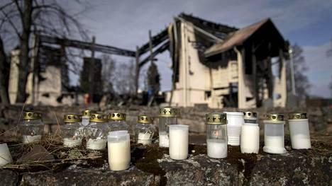 Ylivieskan vanha puukirkko tuhoutui tulipalossa viime vuonna.