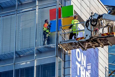Microsoftin kylttiä asennettiin Keilaniemessä Espoossa huhtikuussa 2014.