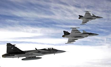 Ruotsin puolustusvoimien alainen tutkimusinstituutti on välikäsien kautta neuvotellut kiinalaisten kanssa tietokoneohjelmistosta, jota on mahdollista käyttää muun muassa joukkotuhoaseiden kehittämisessä. Ruotsissa ohjelmistoa on tarkoitus käyttää puolustusteollisuuden tarpeisiin, esimerkiksi hävittäjäkoneiden ja ohjusten kehittämiseen. Kuvassa ruotsalaisia Jas Gripen hävittäjiä.
