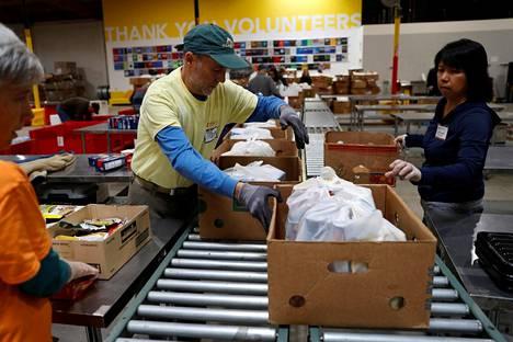 Vapaaehtoiset järjestivät ruoka-apua Kalifornian Oaklandissa maanantaina.