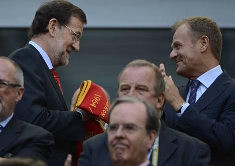 Espanjan pääministeri Mariano Rajoy (vas.) seurasi Espanjan ja Italian välistä jalkapallo-ottelua Puolan pääministerin Donald Tuskin kanssa Gdanskissa sunnuntai-iltana.