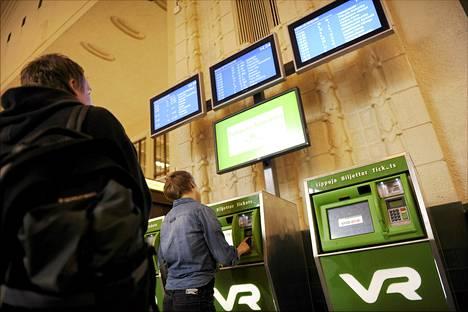 Rikoskomisario Jouni Niskanen kertoo taskuvarkaiden oppineen hyödyntämään Helsingin päärautatieaseman lippuautomaatteja.