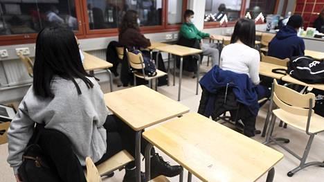 Koululaisia luokassa Itäkeskuksen peruskoulussa Helsingissä 7. tammikuuta 2021. Torstaina alkoi peruskoululaisten kevätlukukausi.