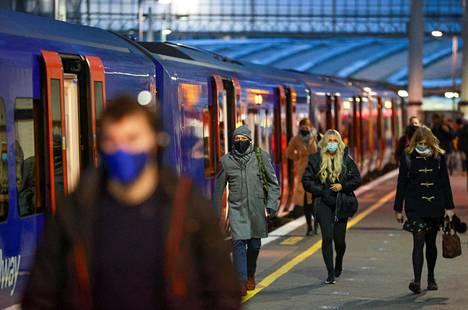 Ihmisiä käveli Waterloon asemalla Lontoossa tiistaina aamun ruuhka-aikaan. Englannissa saa käydä työpaikallaan vain, jos etätyö ei ole mahdollista.