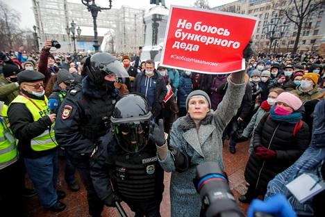 Lauantaisessa Navalnyita tukeneessa mielenosoituksessa Moskovassa poliisi kuljetti naista, jonka lapussa luki, ettei hän pelkää bunkkerissa olevaa vanhaa miestä.
