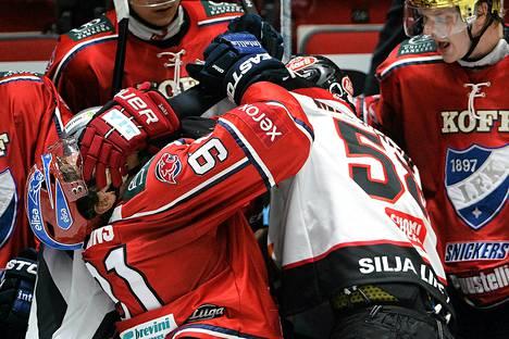 Ässien Jyri Marttinen (oik) ja IFK:n Corey Elkins muksivat toisiaan keskiviikon liigapelissä Marttisen laitataklauksen jälkeen.