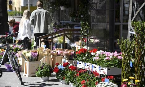 Äitienpäivän kukkia myytiin kukkakioskissa Helsingin Eirassa viime äitienpäivänä 10. toukokuuta.