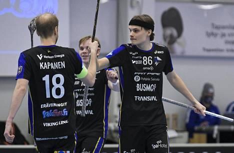 Joonatan Lindholm (oik.) teki kaksi maalia EräViikingeille. Kuva ottelusta Indiansia vastaan tammikuun puolivälistä.