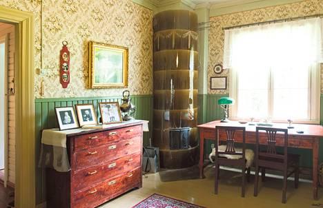 Taskilan huvilan rakennutti vuonna 1918 professori Kaarlo Taskinen. Hänen työ- ja vastaanottohuoneensa on kuin ennen vanhaan. Riitta Ristolainen käyttää isoisänsä huonetta nyt omana työtilanaan.