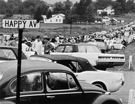 Autojonot tukkivat liikenteen Bethelin kaupungin ympäristössä, kun yhteensä 400 000 nuorta kerääntyi Woodstockin festivaaleille.
