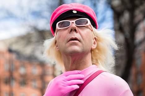 Vappuisin Jari Koponen pukeutuu Vaaleanpunaiseksi pantteriksi, jonka ylioppilaslakkikin on vaaleanpunainen. Muun osan vuodesta hän pyörittää autovuokraamoa, joka järjestää muun muassa Rolls-Royceja häihin ja muihin tilaisuuksiin.