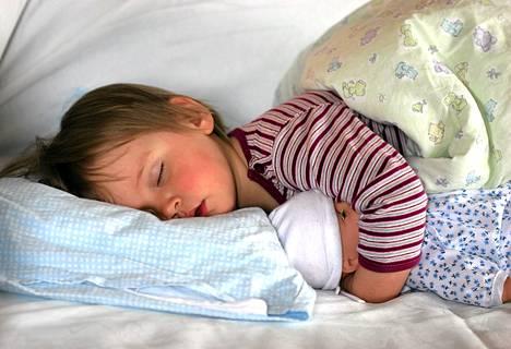Lasten kannattaa mennä nukkumaan säännöllisesti, todistelee brittitutkimus.