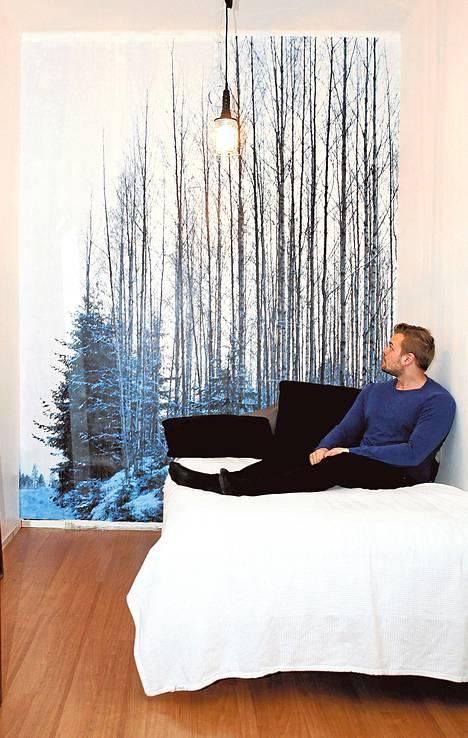 Viileä talvimaisema raikastaa Niklas Sundholmin pienen yksiön.