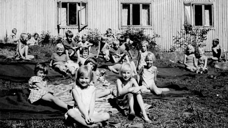 Lapsia Helsingin kaupungin kesäsiirtolassa vuonna 1959.