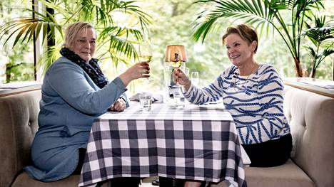 Ystävykset Eija Larkio-Putkisto (vas.) ja Marjut Moisala kippistivät elämälle ravintola Strindbergissä.