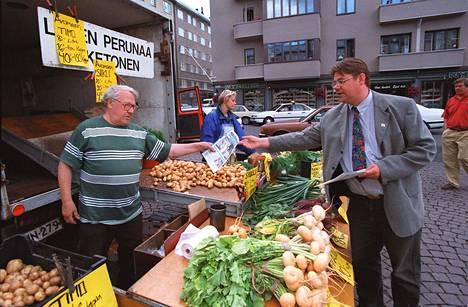 Puoluesihteeri Timo Soini torilla Helsingissä vuonna 1997.