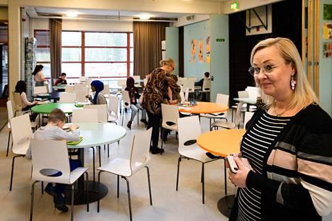 Itäkeskuksen peruskoulun rehtori Jutta-Riina Karhusen mukaan isommilta oppilailta on tullut arvostavaa palautetta opettajien ammattitaitoa kohtaan. Oppilaiden mukaan kotona ei välttämättä osata opettaa yhtä hyvin kuin koulussa.
