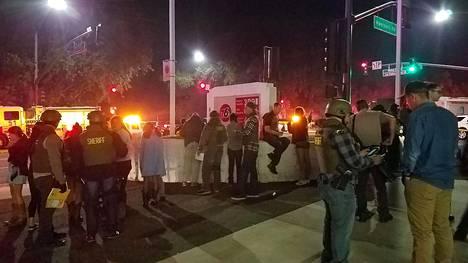 Poliisi puhutti silminnäkijöitä Thousand Oaksissa torstaina.