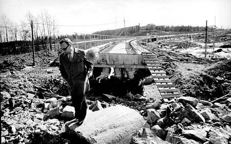 Helsingin metron koeradan harjannostajaisiin oli metrotoimiston johtaja Unto Valtanen sonnustautunut vappukukan kera. Taustalla Herttoniemestä Roihuvuoren varikolle johtava silta.