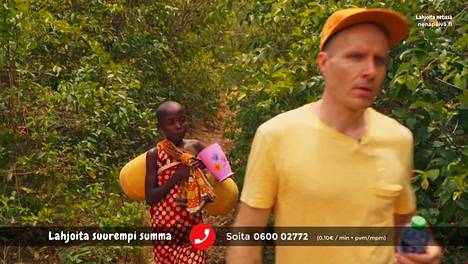 Toimittaja Mikko Kekäläinen ja kenialainen Margaret vedenhakumatkalla Nenäpäivä-ohjelmassa. Kuvakaappaus.