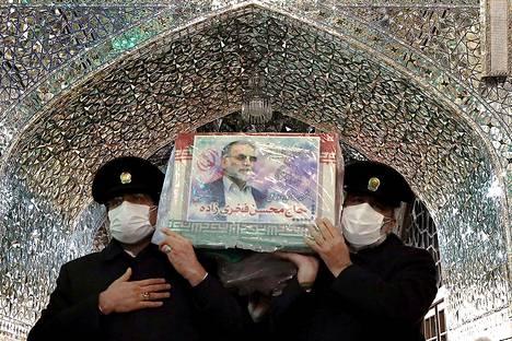 Imaami Rezan mausoleumi-moskeijan henkilökunta kantoi Mohsen Fakhrizadehin arkkua Mašhadissa sunnuntaina. Mašhad on Iranin pyhin kaupunki, sillä Reza on kaksitoistašiialaisuuden eli Iranin valtauskonnon 12 imaamista ainoa, joka on haudattu Iranin alueelle.
