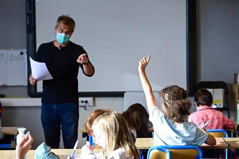 Opettaja jakoi puheenvuoron ensimmäisen luokan oppilaalle lukuvuoden avauspäivänä 1. syyskuuta Saint-Gillesin kunnassa Brysselin pääkaupunkialueella Belgiassa.
