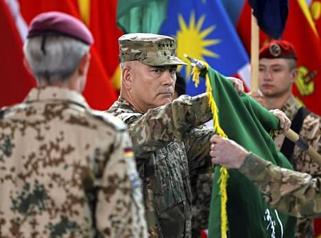 Kenraali John Campbell laski Isaf-operaation lipun alas Kabulissa sunnuntaina.