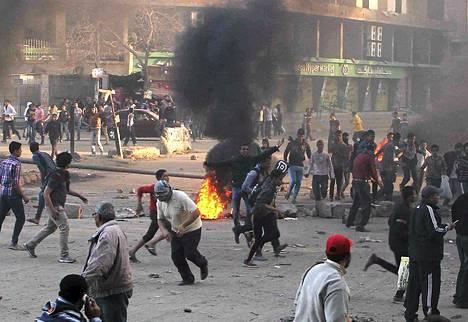 Mielenosoittajat ottivat yhteen poliisin kanssa itäisessä Kairossa Ain Shamsin alueella perjantaina.