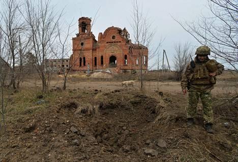 Ukrainalaissotilas partio etulinjassa Piskyn kylässä Itä-Ukrainassa torstaina.