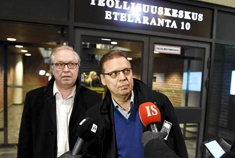 Akavan Sture Fjäder (vas.) ja SAK:n Lauri Lyly ovat tyytyväisiä Pamin ratkaisuun. Kuva on yhteiskuntasopimusneuvotteluista helmikuulta.