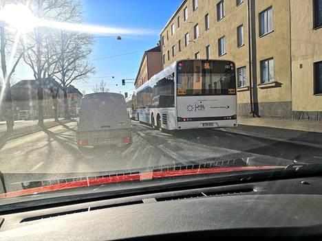Oransseja varoitustarroja näkyy puolalaisen linja-autoyhtiö Solariksen busseissa.