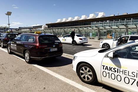Taksilupahakemuksia pääkaupunkiseudulle tuli Trafin mukaan 983.
