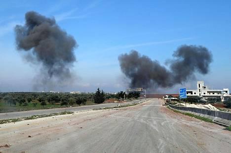 Savu leijui syyrialaisen Saraqibin kaupungin yllä Syyrian hallituksen joukkojen pommi-iskujen jälkeen torstaina.