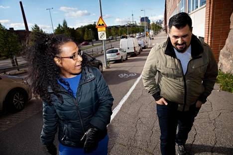 Amani Abdelkhalig Bakri on Pakolaisavun kouluttama omakielinen kouluttaja. Mohammed al-Jumeliy on ollut kotoutumiskoulutuksessa Espoossa.