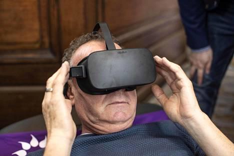 Sarco-nimistä laitetta esiteltiin hautausalan messuilla Amsterdamissa Hollannissa lauantaina. Kävijät tutustuivat sen ideaan virtuaalilaseilla.