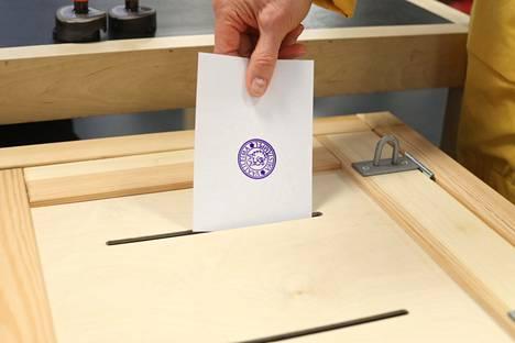 Kuntavaalien varsinainen vaalipäivä on sunnuntai 18. huhtikuuta. Ennakkoäänestys järjestetään kotimaassa 7.–13. huhtikuuta ja ulkomailla 7.–10. huhtikuuta.