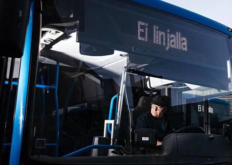 Vihdissä asuva linja-autonkuljettaja Toni Sirkiä, 61, kohtaa ihmisiä lähinnä töissä ja kaupassa. Maskia ei voi ajaessa käyttää, sillä se huurruttaa lasit ja rajoittaa muutenkin näkökenttää.