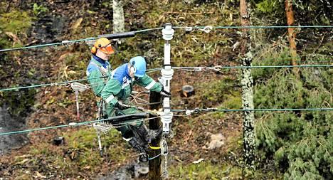 Ulkoistetut asentajat korjaamassa Fortumin sähkölinjaa Långvikissä Kirkkonummella 30. joulukuuta.